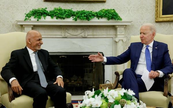 25日、バイデン米大統領(右)とアフガニスタンのガニ大統領は共同記者会見を行わなかった=ロイター