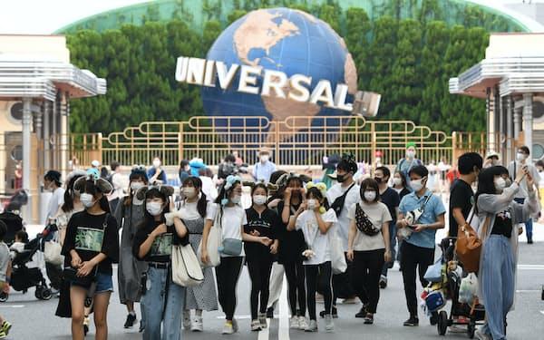 週末の営業を再開したUSJを訪れた人たち(26日午前、大阪市此花区)