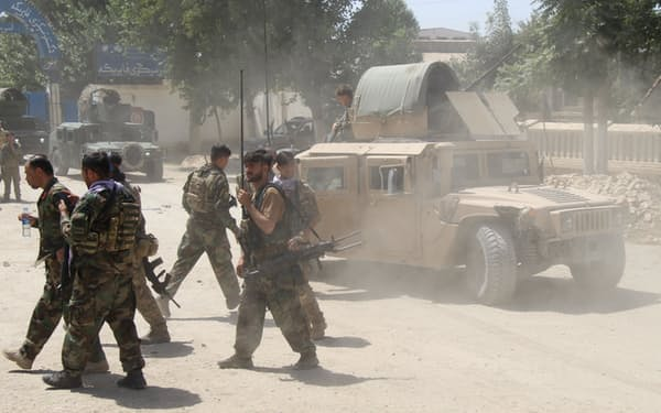米軍の撤退開始後、アフガン各地でタリバンとの攻防が激化している(6月、クンドゥズ)=ロイター