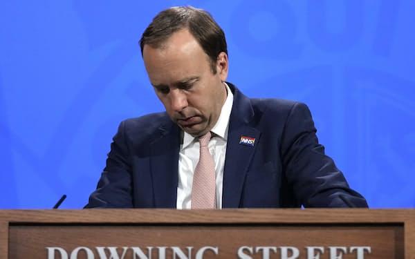 辞任したハンコック英保健相は同国のコロナ対策の司令塔だった(写真は5月、英首相官邸にて)=AP