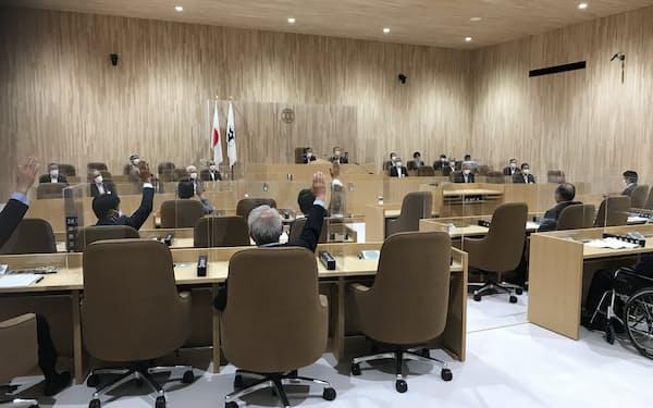 日立市議会は県産廃処分場の容認を賛成多数で決議した(25日、日立市)