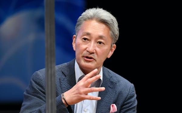 「世界デジタルサミット2021」で筆者と対談するソニーグループの平井一夫シニアアドバイザー(6月、都内)