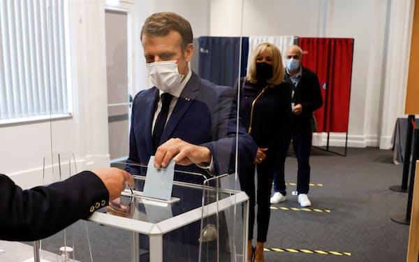 27日、投票するマクロン大統領(仏北部)=ロイター