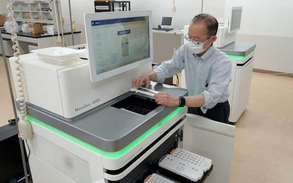 「シーケンサー」と呼ばれる先端装置で全ゲノム解析をする(5月、筑波大学)