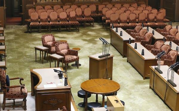 証人席(中央前列)など、佐川前国税庁長官の証人喚問の用意が整えられた参院第一委員会室(26日午後)