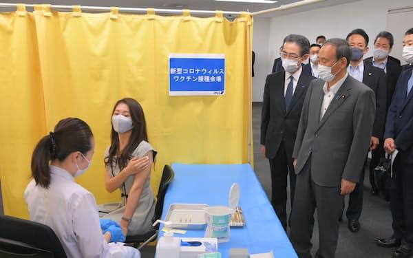全日空の職域接種を視察する菅首相(28日午前、羽田空港)=代表撮影