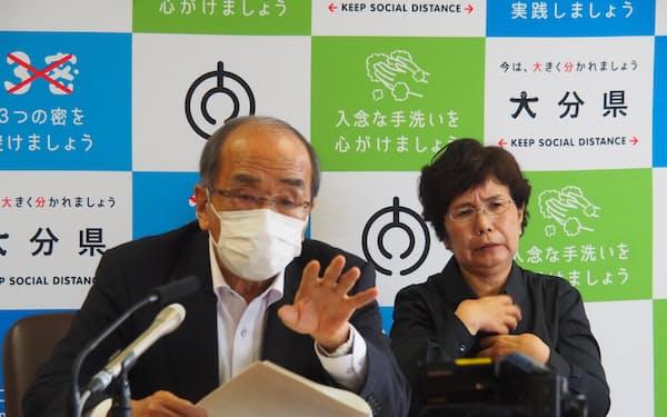 記者会見する広瀬知事㊧(28日、大分県庁)