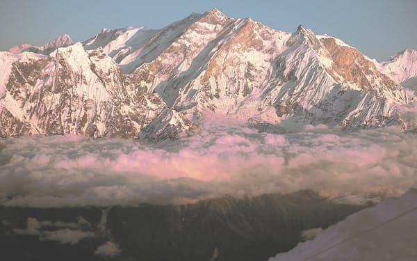 ダウラギリⅠ峰北東稜から見たアンナプルナⅠ峰(中央)北西面=三谷 統一郎撮影