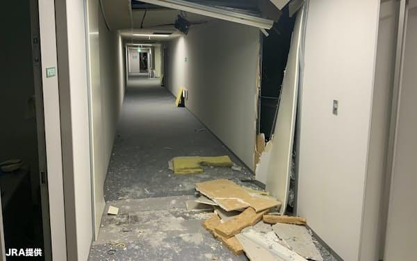2月の地震で被害を受けた福島競馬場内。通路の天井が崩れ、壁も壊れていた=JRA提供