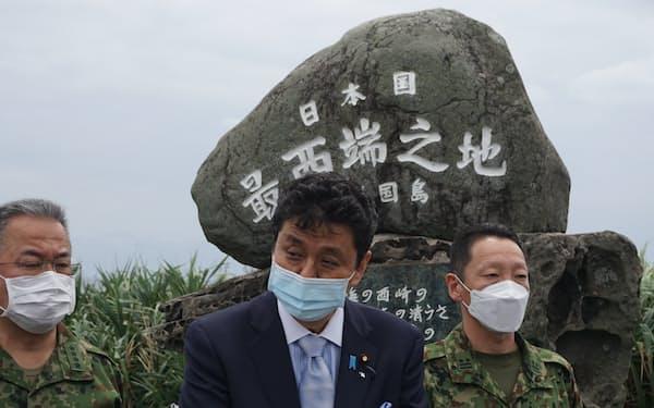 岸防衛相は台湾まで111キロの与那国島で台湾海峡の安定の重要性を強調した(4月17日)