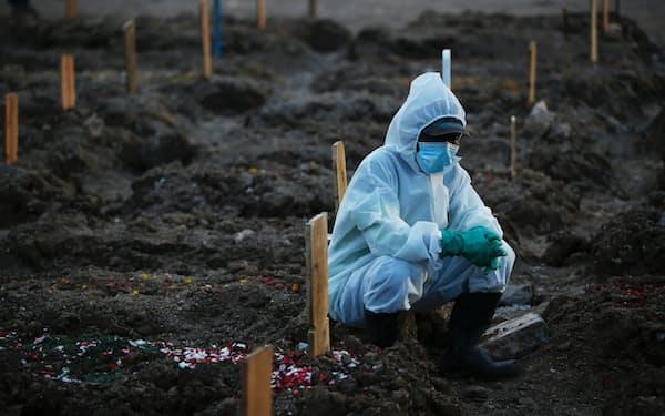インドネシアはデルタ株の拡大により、感染者・死者数とも急増している(28日、ジャカルタ)=ロイター