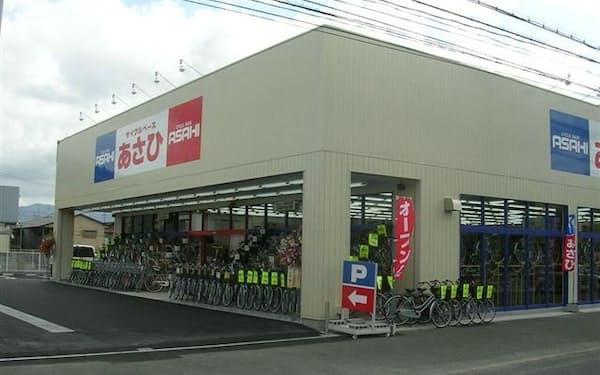 自転車小売りチェーン大手のあさひは九州への出店を拡大する。先月中旬、福岡県に一号店を開いたのに続き、今後二年で五店を出店する。