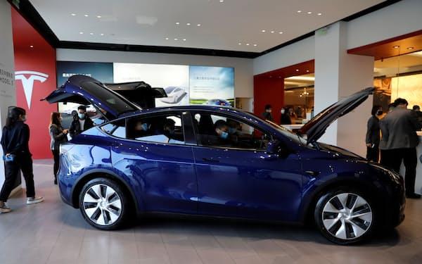 CATLはテスラへの電池供給を広げるが、中国ではテスラ車の品質問題を巡る批判もある=ロイター