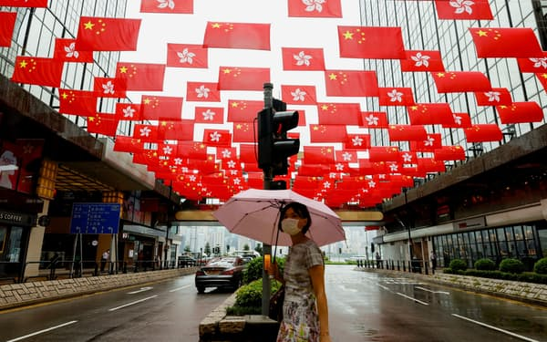 中国共産党創立100年を控え、香港中心部に中国国旗が飾られた(6月28日)=ロイター