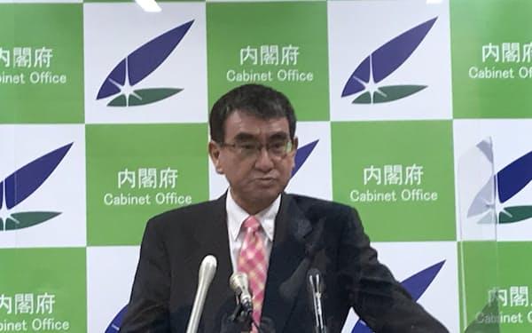 閣議後の記者会見に臨む河野規制改革相(29日)