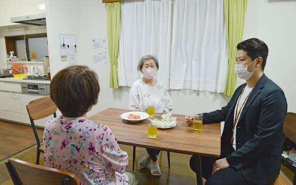 リビングで談笑する入居者2人とスタッフ(右)=東京都江戸川区のフローラ西一之江
