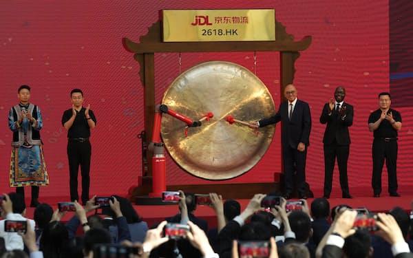 中国企業の香港上場が相次ぐ(5月、京東物流の上場セレモニー)=AP