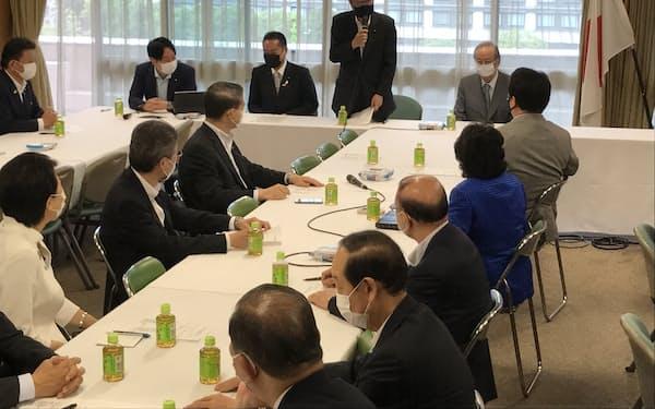 自民党消費者問題調査会に福田康夫元首相(右)が出席した(29日、党本部)