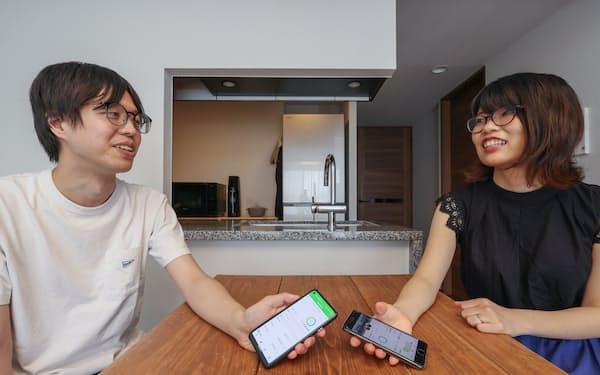 家計簿アプリ「オシドリ」を夫婦で使う林貴洋さん(左)とこずえさん