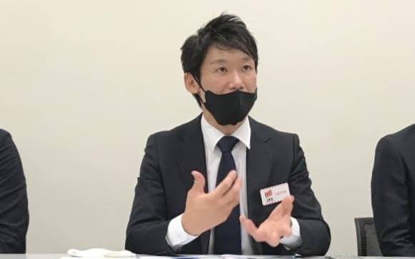 東京証券取引所で会見するワクーの井上裕基社長