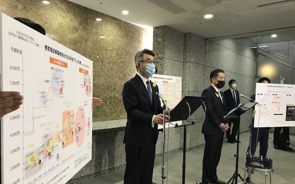 武田良太総務相㊧と井上信治消費者相は、代理店の適正化に向けたルール整備などに取り組むと表明した(29日、東京・霞が関)