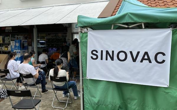 科興控股生物技術(シノバック・バイオテック)のワクチン接種を待つシンガポールの住民(6月29日)
