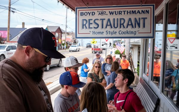 営業制限が解除されたレストランに並ぶ客(米オハイオ州)=ロイター