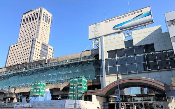 札幌市では北海道新幹線の札幌延伸開業に向けた再開発が進む(6月27日、JR札幌駅北口)