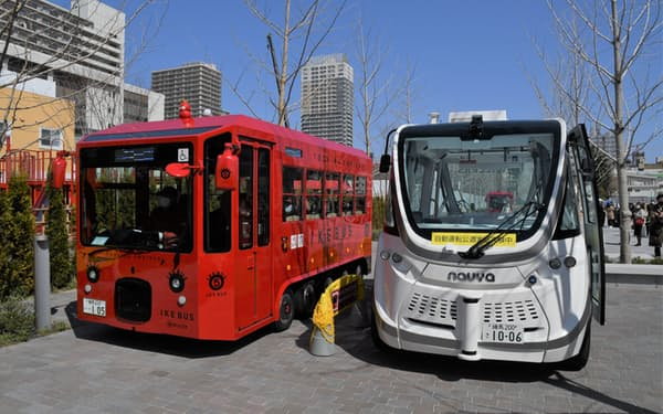 イケバス(左)とウィラーの自動運転バス(右)