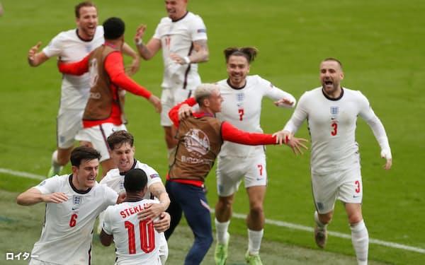 ドイツ戦で1点目のゴールを挙げて喜ぶイングランドのイレブンら=ロイター