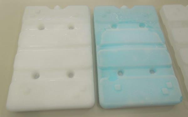 シャープの「適温蓄冷材」。色素を添加した右側が今回開発した融点マイナス22度のもの(写真:日経クロステック)