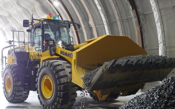 鹿島はコマツ製のホイールローダーで、トンネル坑内でのがれき搬出作業を自動化した(30日、静岡県富士市)