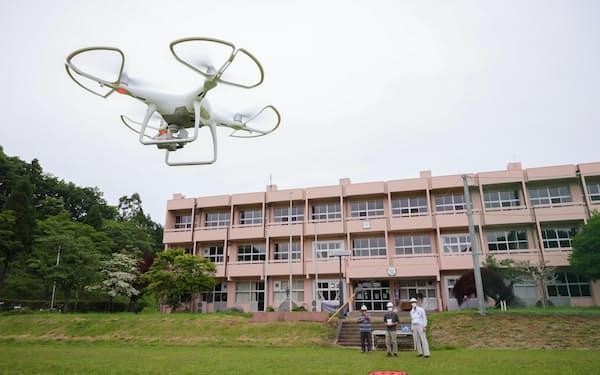 廃校になった校舎を活用し、ドローンの操縦法を学ぶ高萩ユーフィールド(茨城県高萩市)