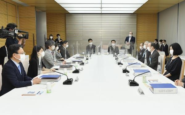 首相官邸で開かれた有識者会議の会合=30日午後