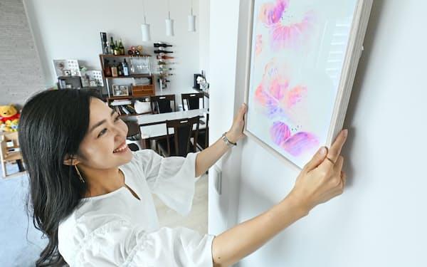 アートのサブスクリプションサービス「Casie(カシエ)」でレンタルした絵画を自宅で楽しむ長野優さん