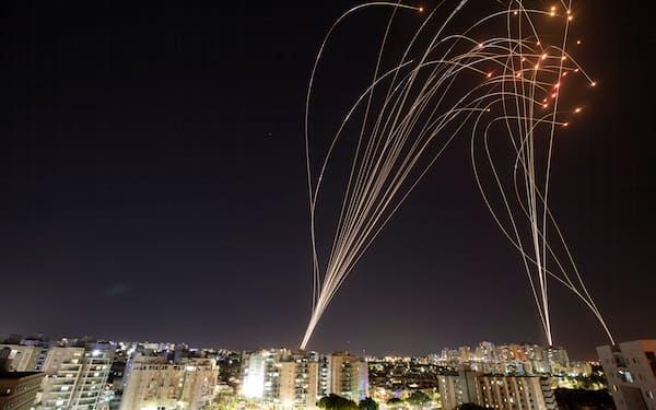 イスラエル軍の「アイアンドーム」による迎撃の光跡=ロイター