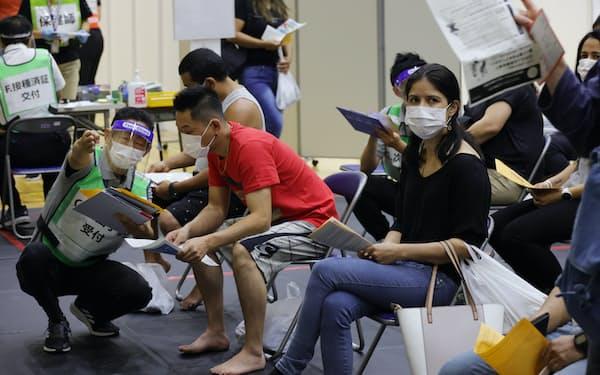 ワクチンの接種を終え、待機する外国人ら(岐阜県美濃加茂市)