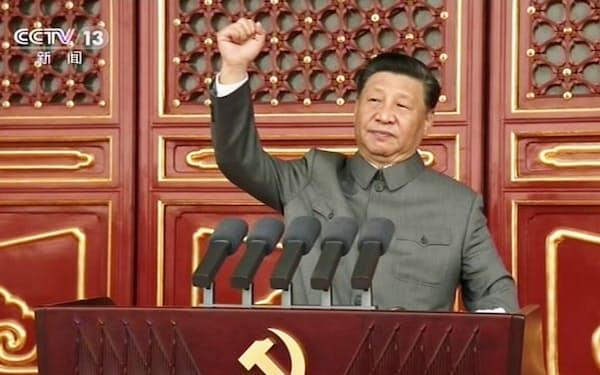 中国共産党創建100年を記念する祝賀大会で演説し、拳を突き上げる習近平国家主席。中国中央テレビが1日放映した(北京の天安門)=共同