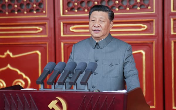 中国共産党創建100年を記念する祝賀大会で演説する党総書記の習近平国家主席(1日、北京の天安門)=新華社AP