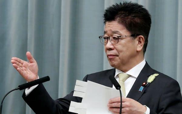 記者会見する加藤官房長官(1日午前、首相官邸)