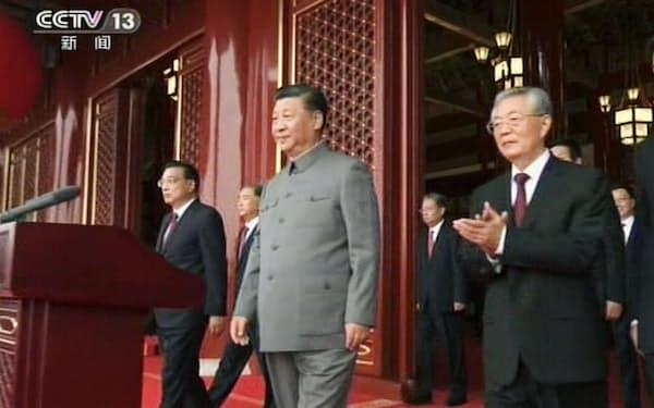 中国共産党創建100年を記念する祝賀大会に臨む党総書記の習近平国家主席(中央)と胡錦濤氏(右)ら。中国中央テレビが1日放映した=共同