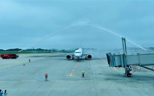 初便を放水アーチで迎えた(1日、広島空港)