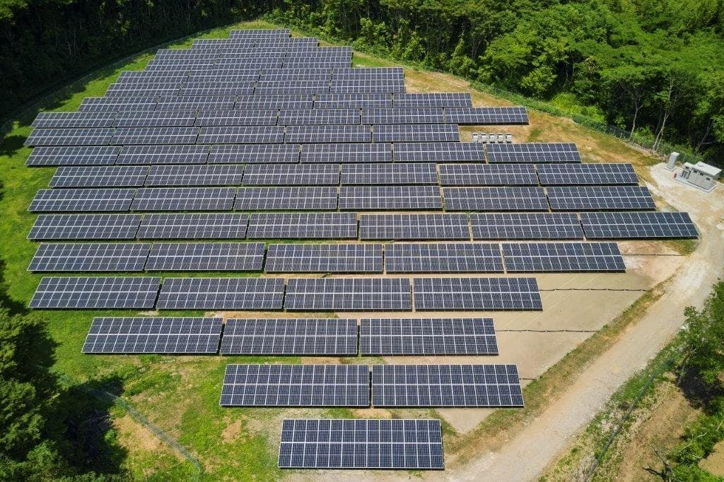 千葉若葉太陽光発電所には約1900枚の太陽光パネルが設置された=NTT提供