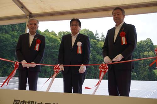 6月28日に千葉若葉太陽光発電所でテープカットが行われた。左からセブン&アイの井阪隆一社長、千葉市の鈴木達也副市長、NTTの澤田純社長