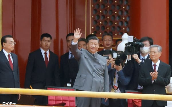 中国共産党創立100年の記念式典で観衆に手を振る習近平氏(1日、北京市)=ロイター