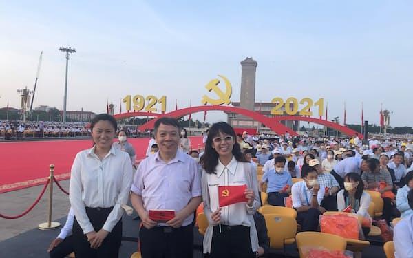 報道陣以外は現場に携帯電話を持ち込めず、近くの記者に記念写真の撮影をお願いする人も(北京市)