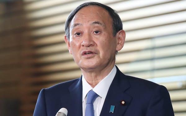 首相官邸で記者の質問に答える菅首相(1日)