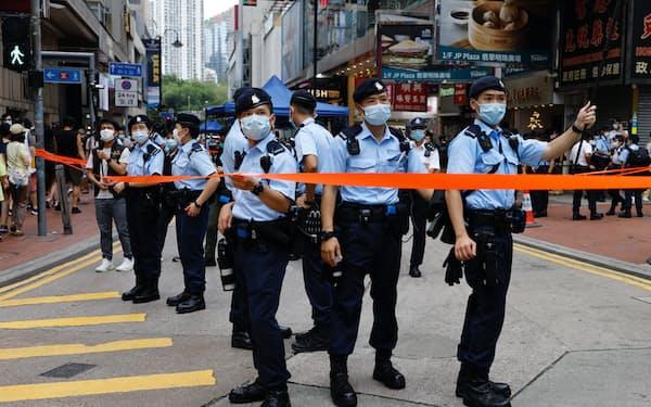 1日、香港の繁華街で警戒にあたる警察官=ロイター