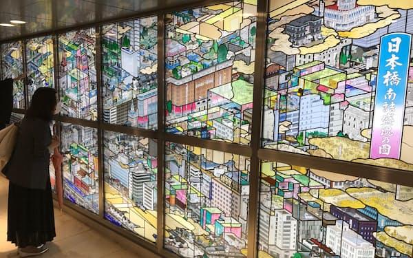 ステンドグラスは縦約2.1メートル、横約6メートルの大きさだ