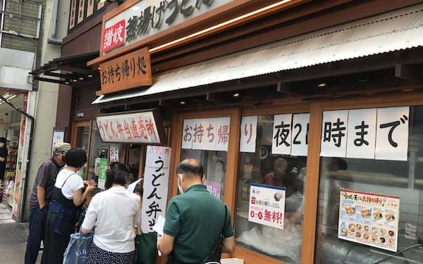 「丸亀製麺」で持ち帰りをする消費者の列
